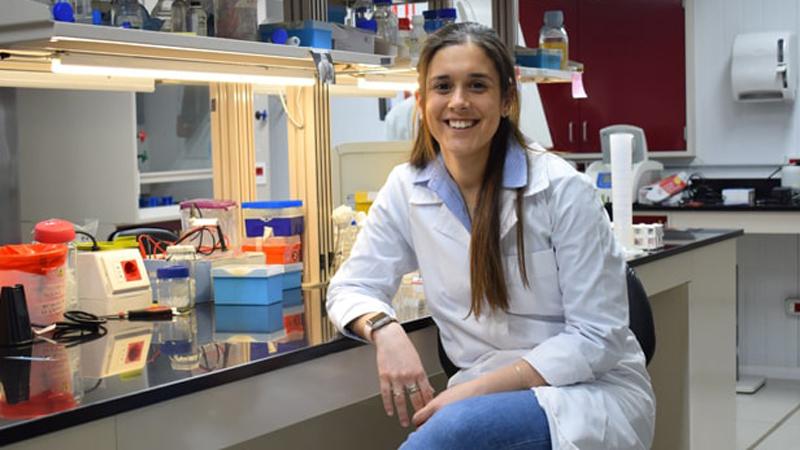 Pía Campot, graduada de Ingeniería en Biotecnología, recibió el reconocimiento de la prestigiosa revista MIT Technoloy Review